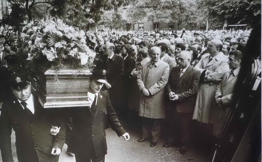 il funerale del cronista (archivio l unione sarda)
