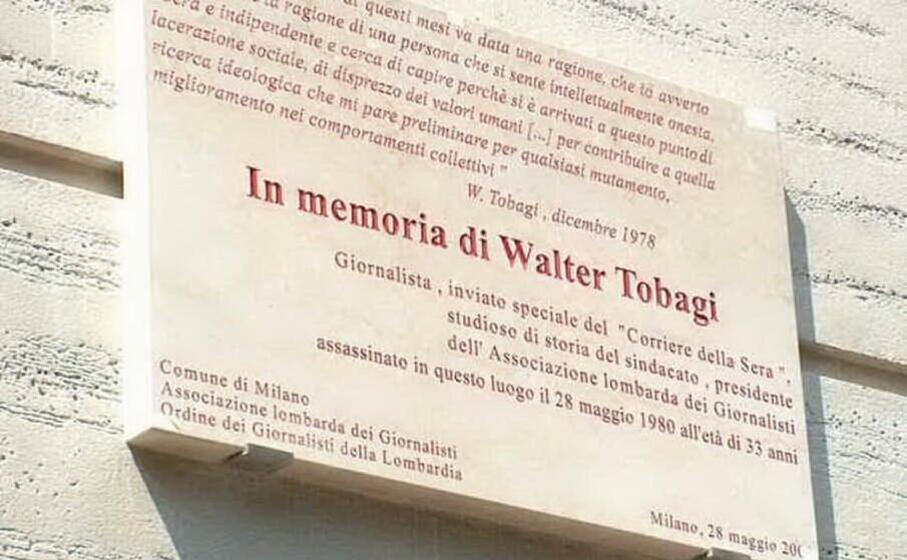 la targa che rende omaggio al giornalista nel luogo dell attentato il funerale del cronista (archivio l unione sarda)