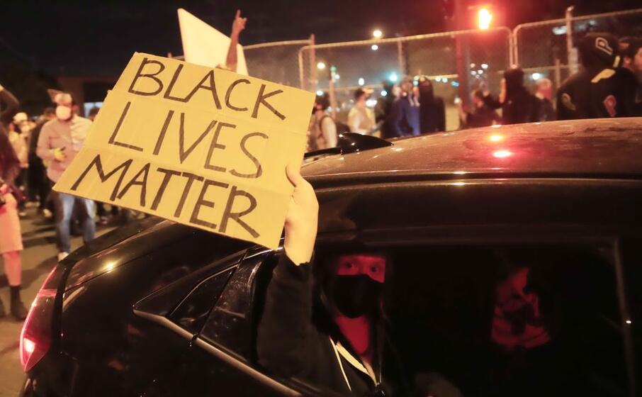 a minneapolis la gente protesta per le strade (ansa maury)