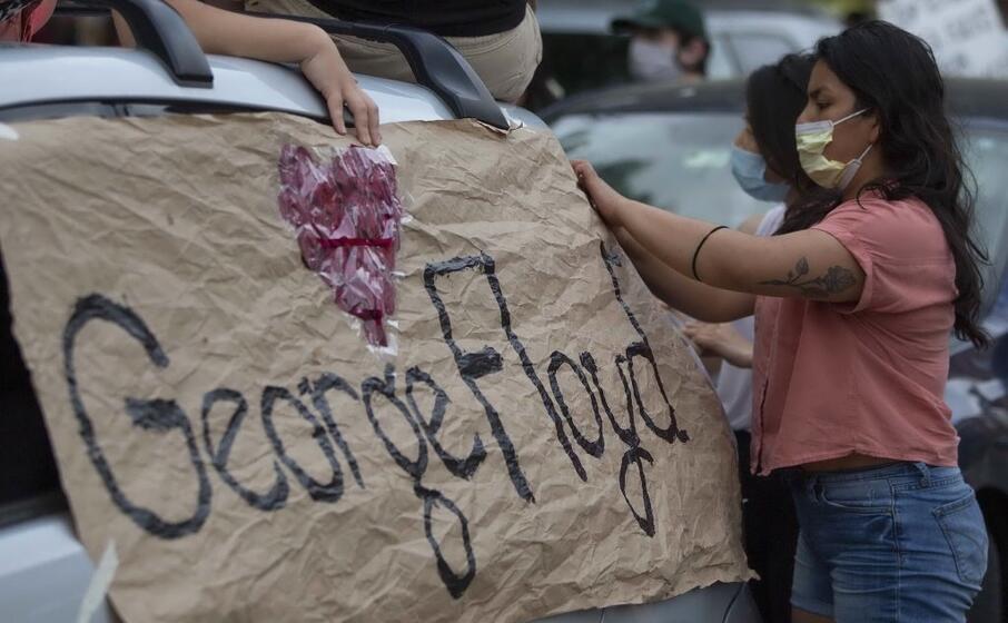 un cartello in memoria della vittima (ansa gunther)