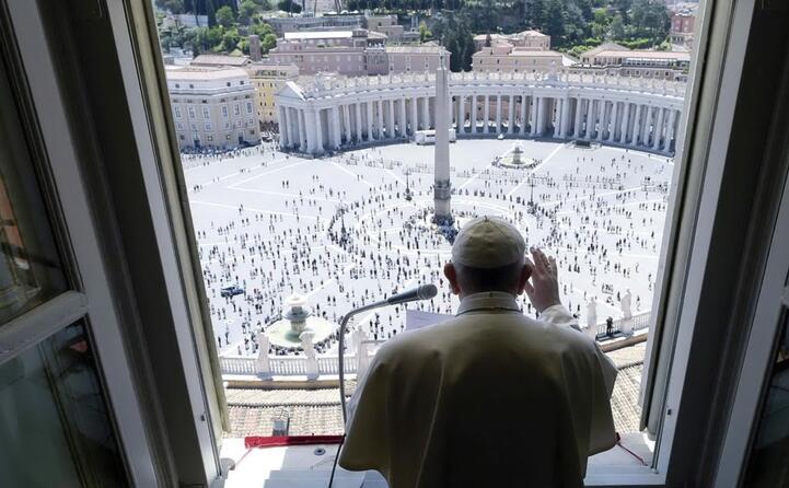 i fedeli in piazza