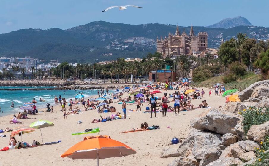 le spiagge si ripopolano a palma di maiorca spagna (foto ansa epa)