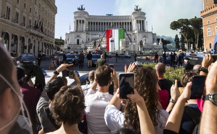 decine i cittadini che hanno assistito da lontano alla cerimonia