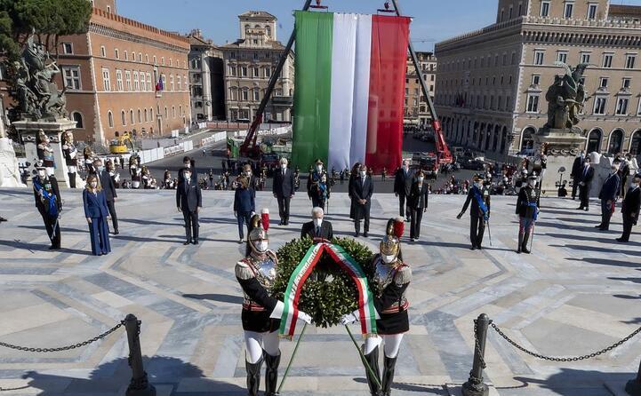 la cerimonia e la grande bandiera italiana