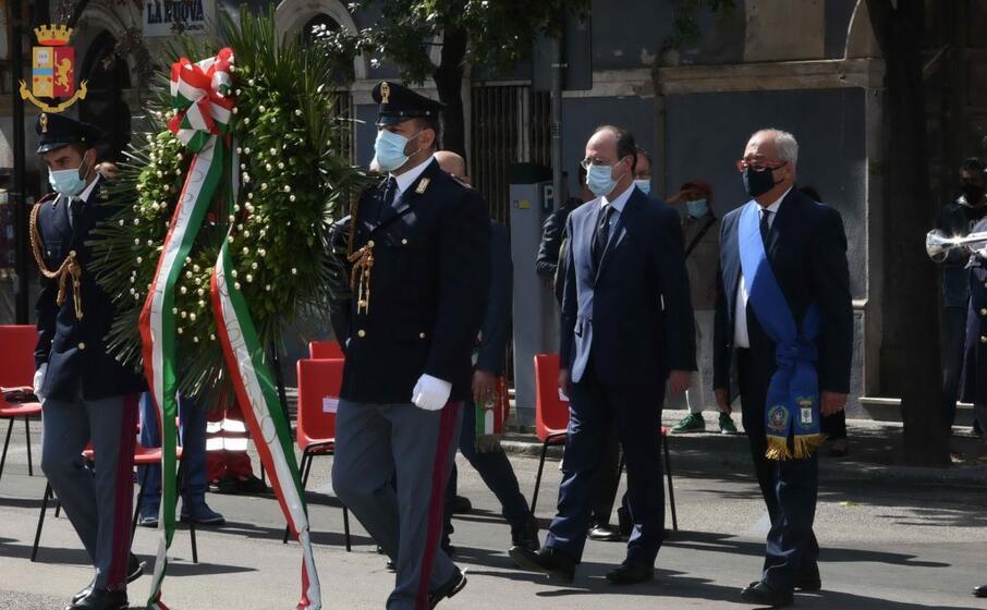 la deposizione della corona d alloro ai caduti in guerra (foto polizia)