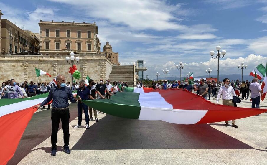 la manifestazione in piazza a cagliari (l unione sarda)