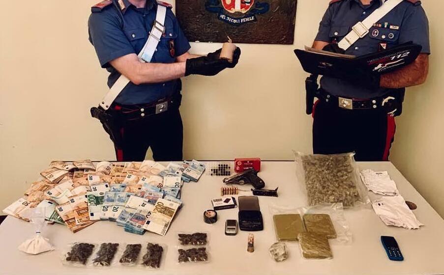 il materiale posto sotto sequestro (foto carabinieri di sassari)