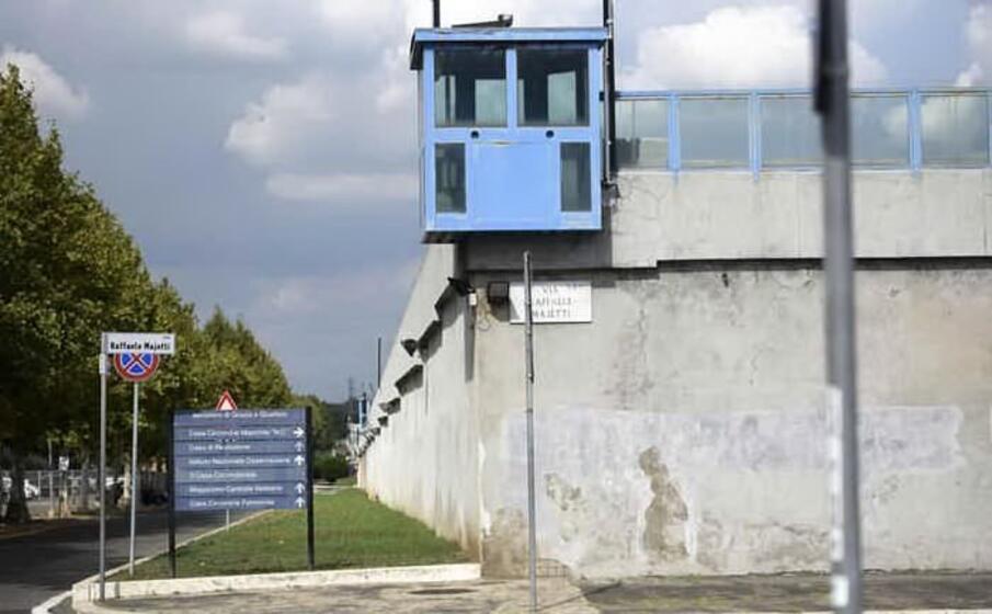 il muro di cinta del carcere di rebibbia (ansa)