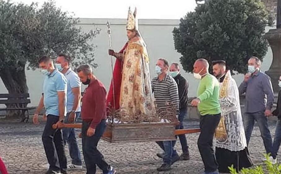 la processione (foto l unione sarda)