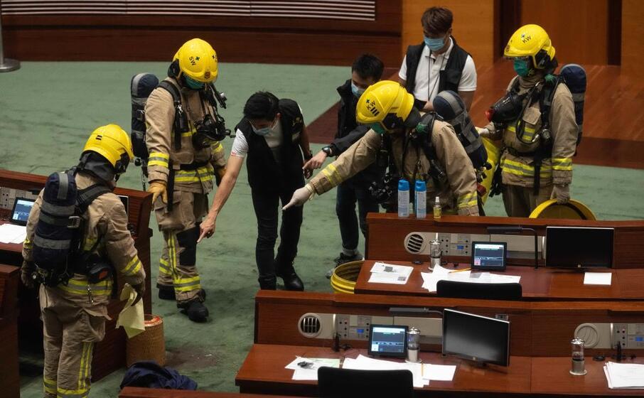 hong kong l intervento dei vigili del fuoco in parlamento (foto ansa epa)