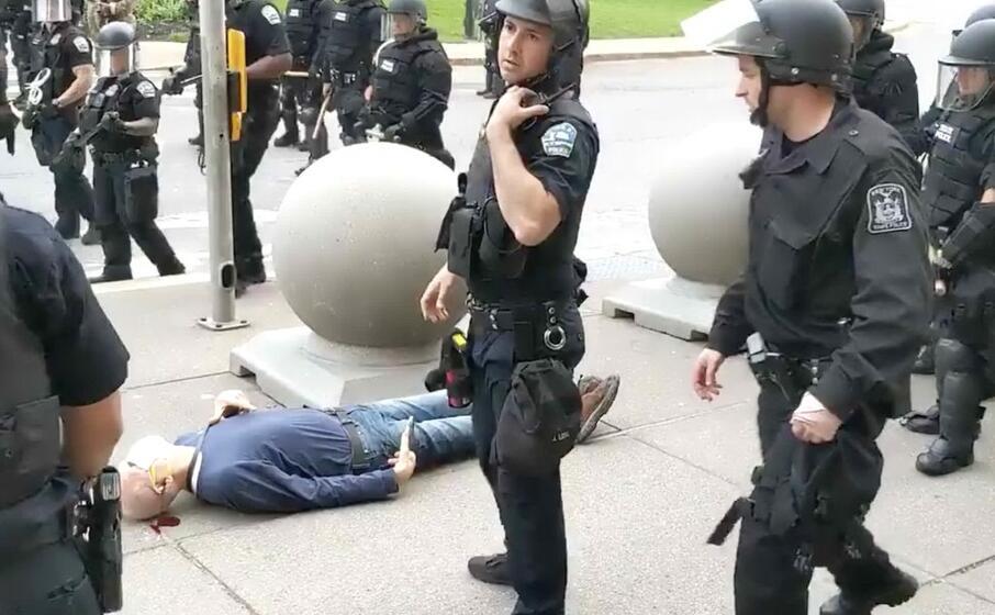 l uomo gettato a terra dagli agenti (foto twitter)
