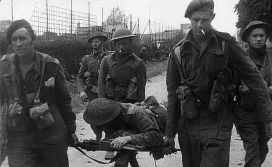 barella di fortuna per soccorrere un soldato inglese