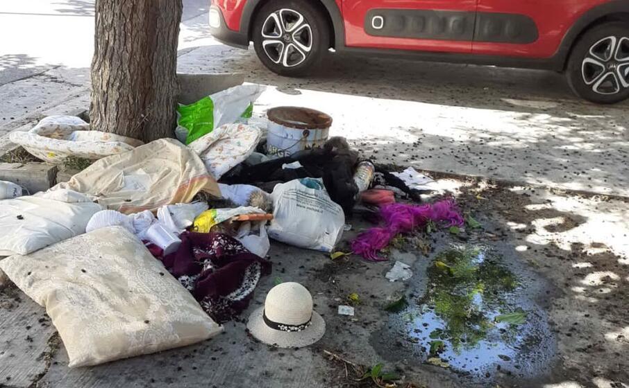 rifiuti e liquami davanti al cimitero (foto l unione sarda daga)
