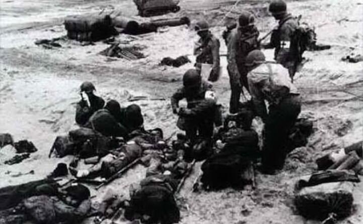 soldati vivi morti e feriti sulla spiaggia