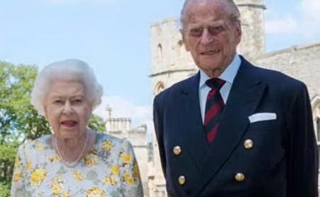 la regina elisabetta ii e il principe filippo nello scatto postato dalla royal family (foto da facebook)