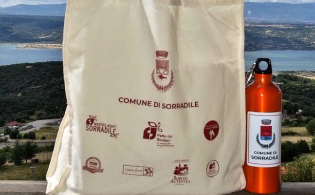 borse e borracce distribuite a famiglie e ragazzi (foto orbana)