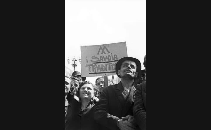 una manifestazione anti monarchica a milano