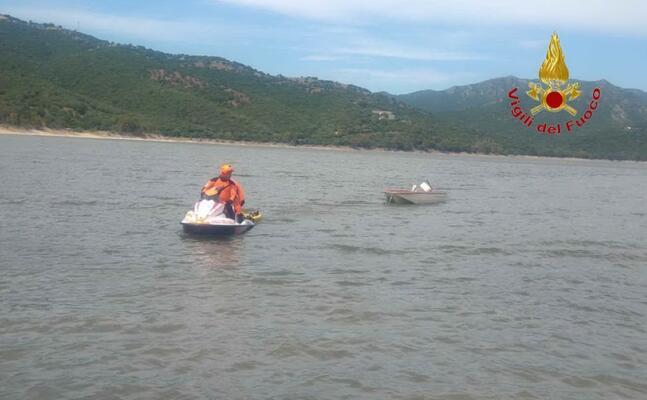 il recupero della barca (foto vigili del fuoco)
