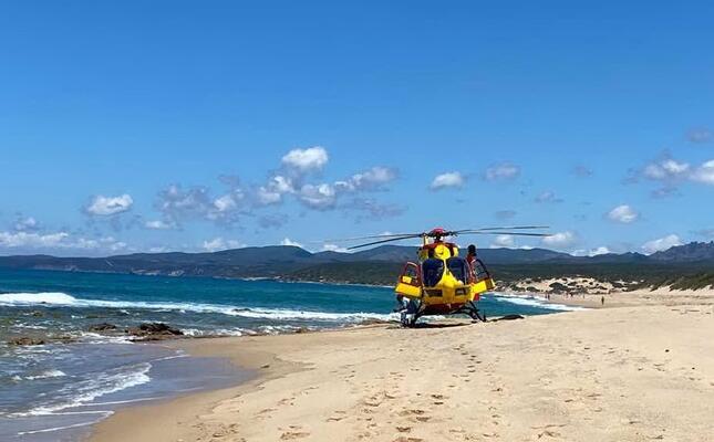l elisoccorso atterrato nella spiaggia di piscinas (foto pintori)