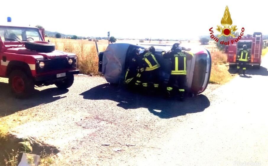 il conducente stato estratto dalla macchina dai vigili del fuoco (foto vvf)