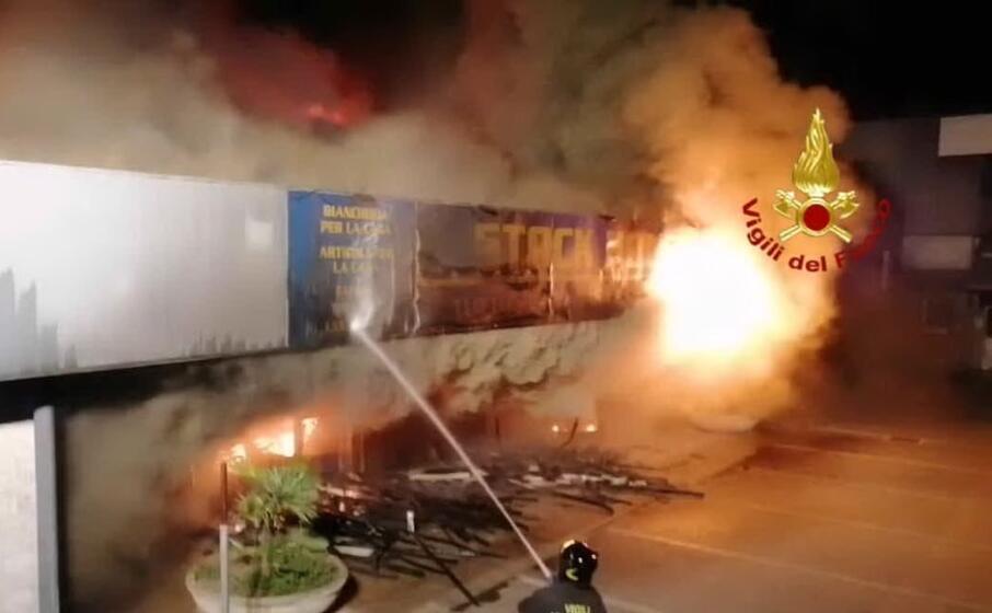 incendio in un capannone in viale elmas