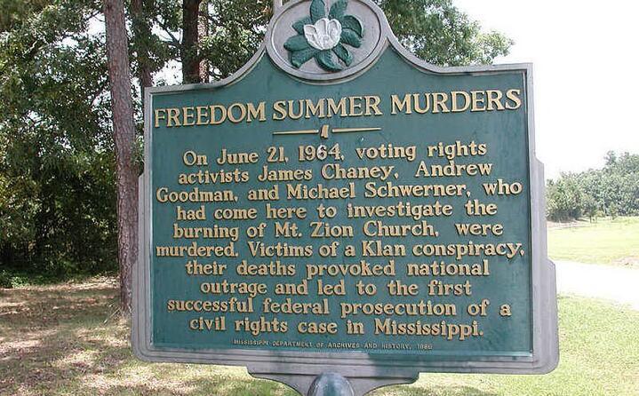 una targa commemorativa in memoria delle tre vittime