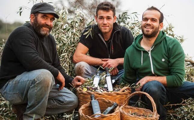 giacomo nieddu (a destra) insieme al padre giovanni e al fratello (foto ufficio stampa)