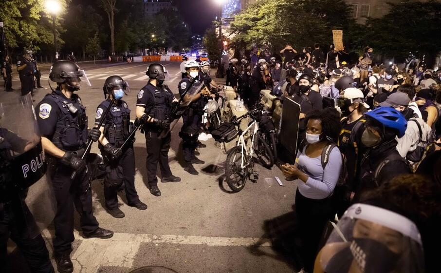 Tensione alla Casa Bianca, i manifestanti attaccano la statua di Jackson