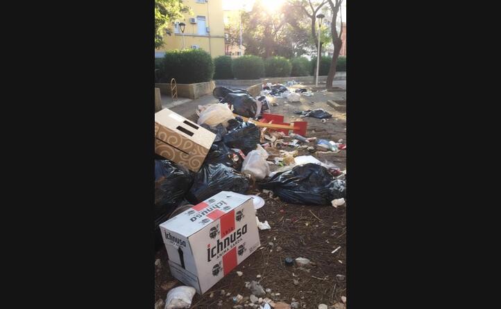 i rifiuti in piazza medaglia miracolosa 15 a cagliari foto inviata da un lettore (23 06 2020)