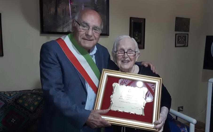 il sindaco insieme alla centenaria (foto serreli)