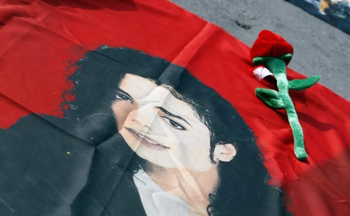 un fiore su una bandiera con il volto dell artista (tutte le foto sono archivio l unione sarda)
