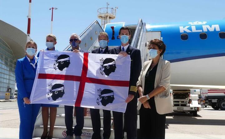 atterrato a elmas il primo volo internazionale dopo il lockdown (foto ufficio stampa sogaer)