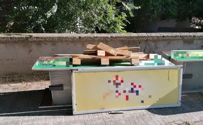gli oggetti abbandonati in strada (foto comune di sassari)