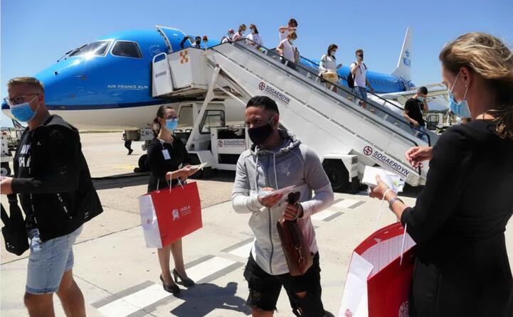 i doni per i passeggeri (foto ufficio stampa sogaer)