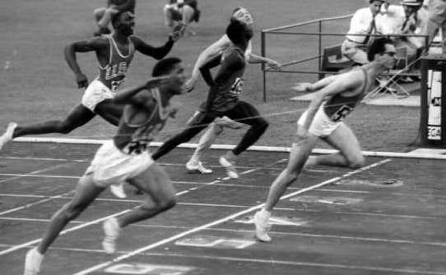 la foto del trionfo olimpico di livio berruti (archivio l unione sarda)