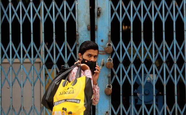 un negozio chiuso per il lockdown in india (ansa)