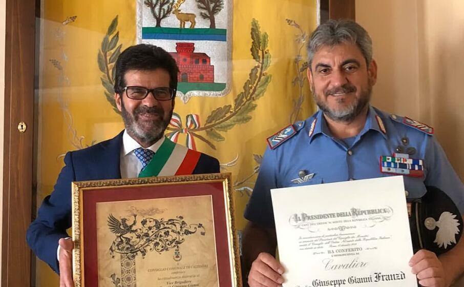 il sindaco e il brigadiere giuseppe franz (foto concessa)