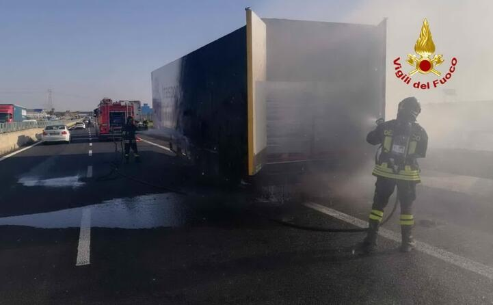 incendio sulla 131 a fuoco un camion
