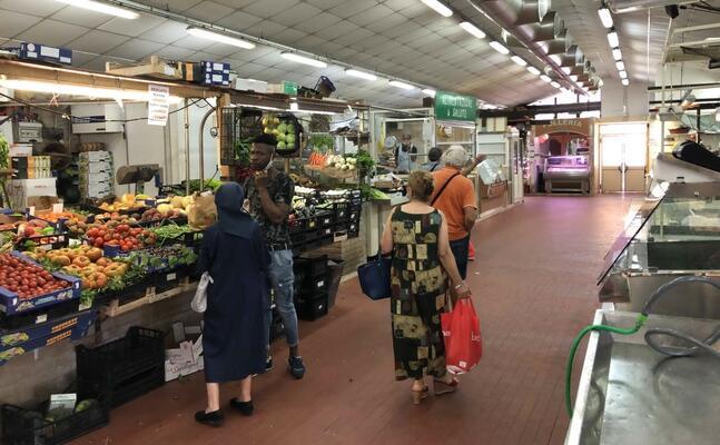 l interno del mercato di is bingias (foto madeddu)