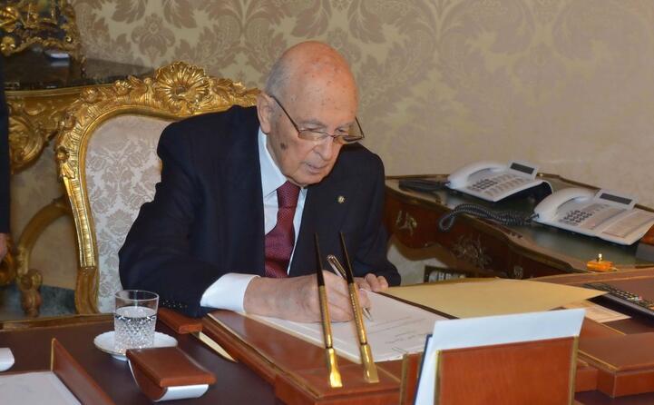 la firma dell atto di dimissioni (foto quirinale)