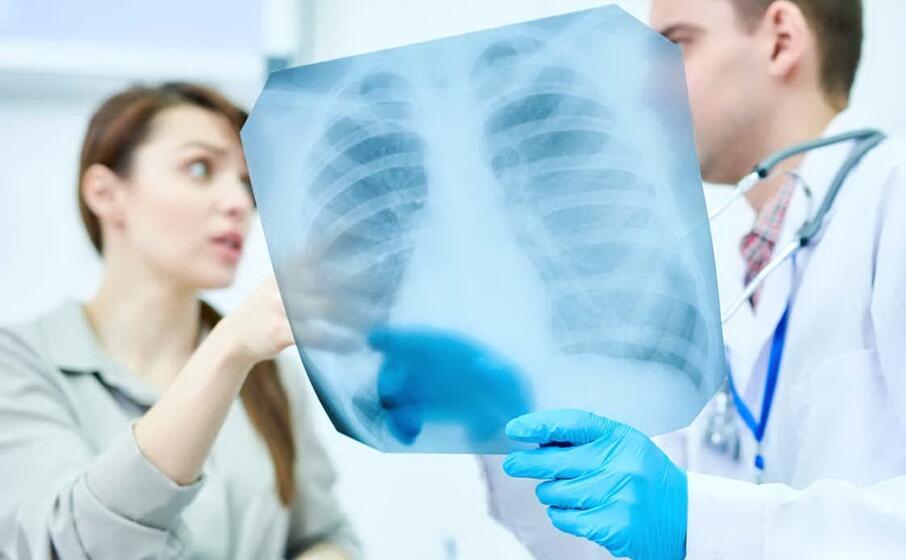 un medico a colloquio con una paziente