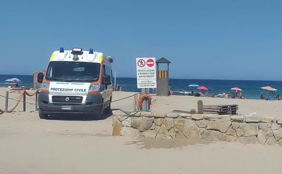 torrette e ambulanza in spiaggia (foto pani)