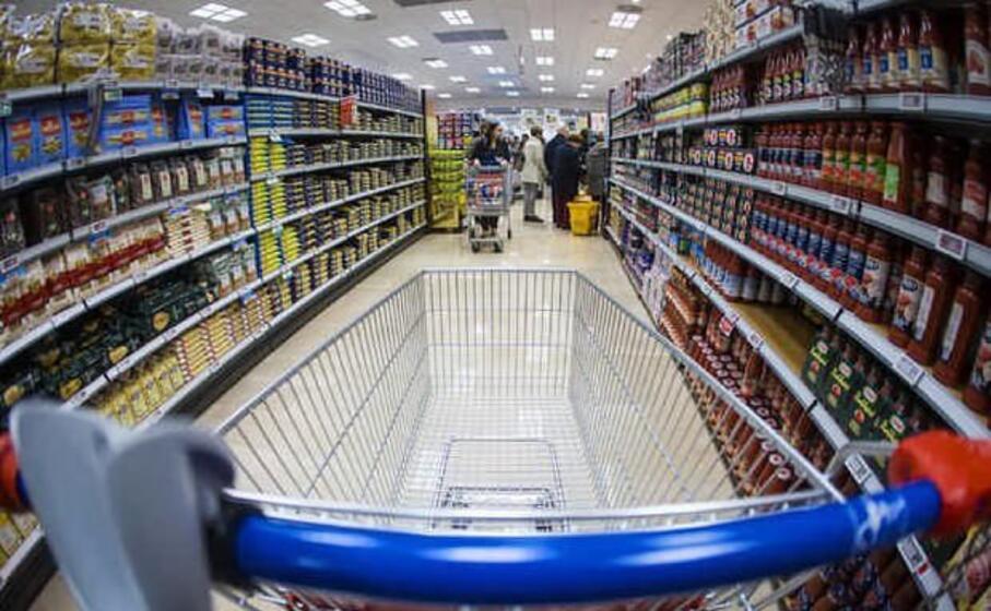 un carrello della spesa in un supermercato (foto mascia)
