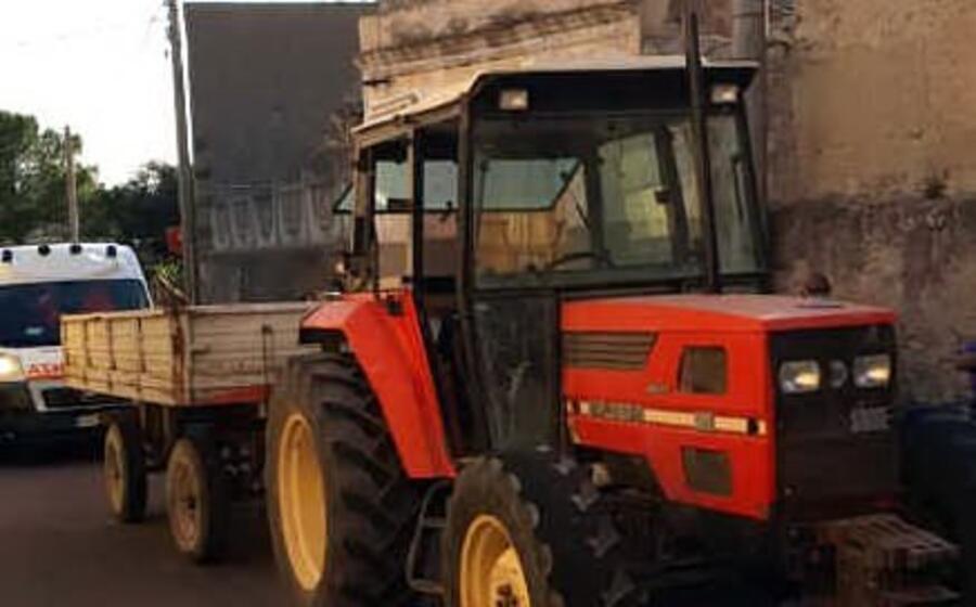 il trattore da cui caduto il 18enne (foto a pintori)