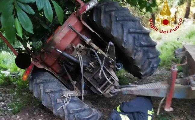 il trattore ribaltato (foto vigili del fuoco)