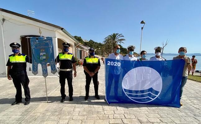 la consegna della bandiera blu (foto a scano)