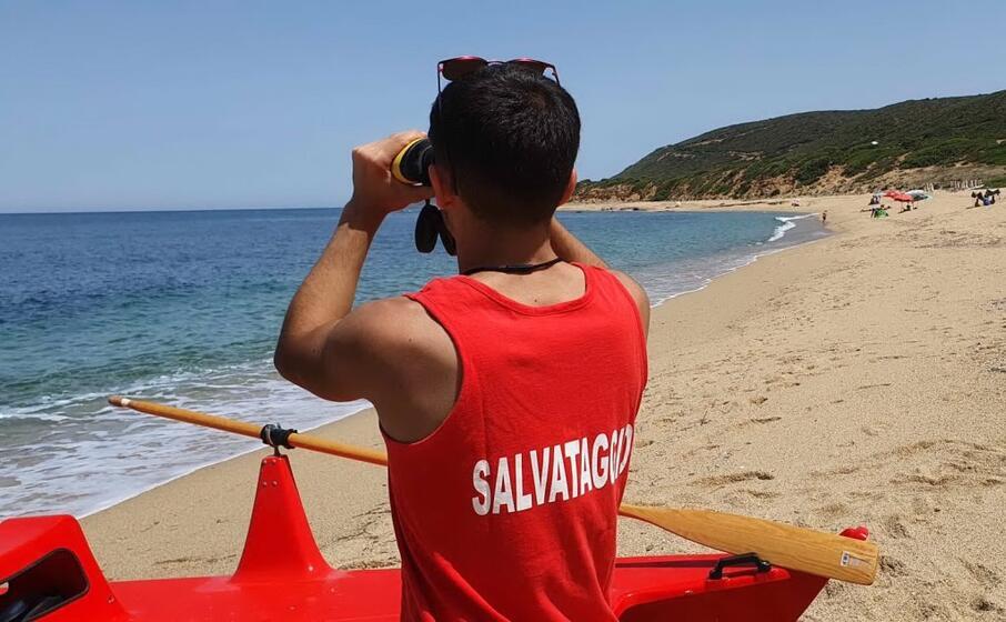 un bagnino sulla spiaggia di portu maga (l unione sarda rav )