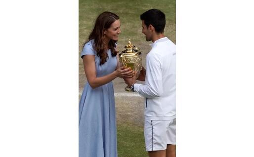 Kate Middleton consegna il trofeo al serbo (Ansa)