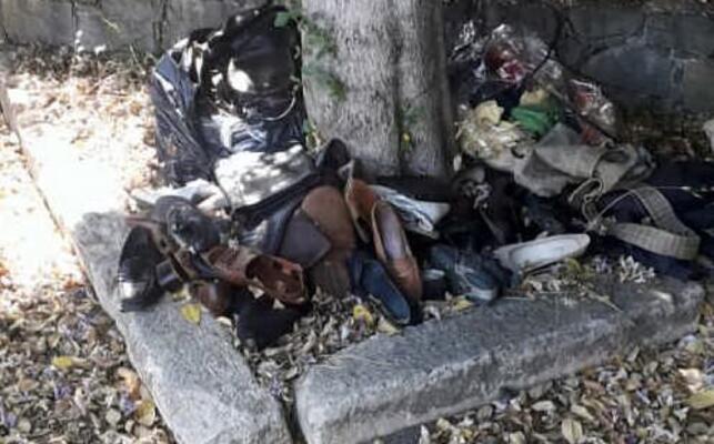 rifiuti abbandonati davanti al cimitero (foto pintori)