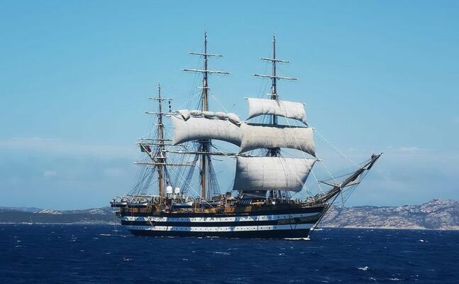 la vespucci nelle acque dell arcipelago (ufficio stampa marina militare)